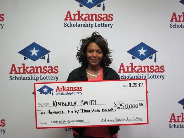 Bà KimBerly Smith nhận giải 250.000 USD tại công ty xổ số thành phố Little Rock, bang Arkansas, Hoa Kỳ. (Nguồn: Arkansas Scholarship Lottery)
