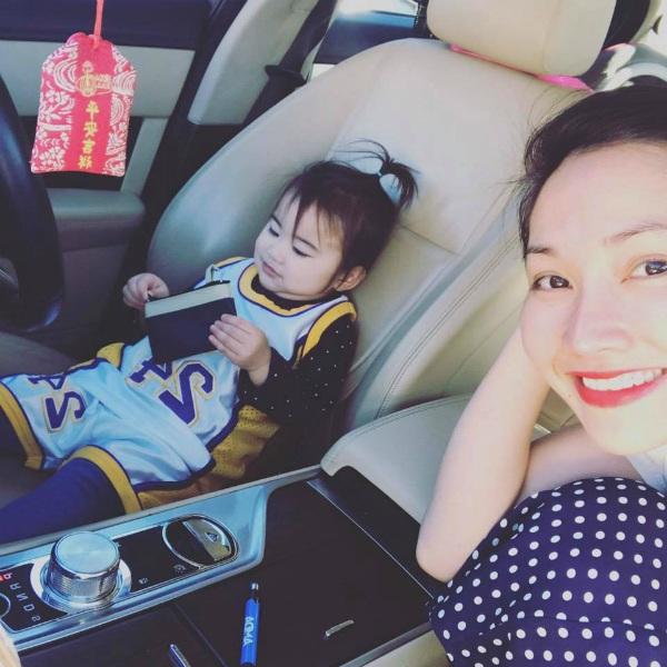 Diễn viên Kim Hiền đăng ảnh con gái của mình vô cùng đáng yêu. Nữ diễn viên viết: Mẹ và em cùng mỉm cười vì mẹ của Yvona đang iu đời nè.