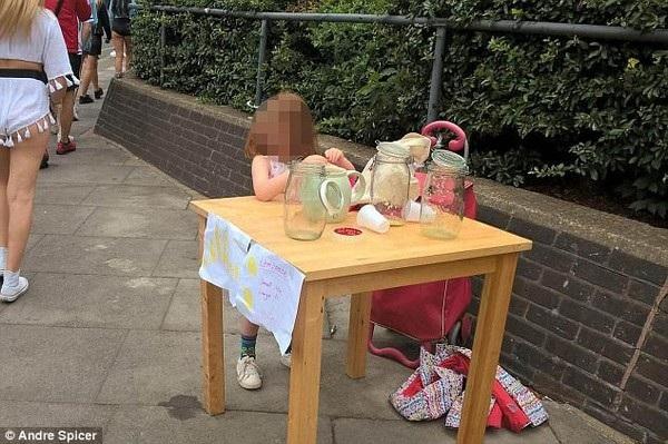 Cô bé 5 tuổi bị phạt chỉ vì bán nước chanh tự pha chế mà không có giấy phép kinh doanh