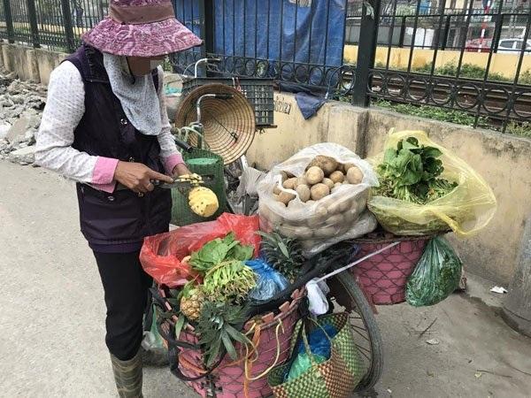 Khi đi bán rau, bà Lương chịu khó gom nhặt cơm thừa về nuôi gà vịt ở nhà