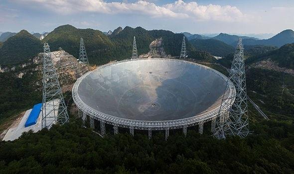 Kính thiên văn (FAST) của Trung Quốc rộng gần gấp 2 lần Đài quan sát Arecibo của Mỹ.