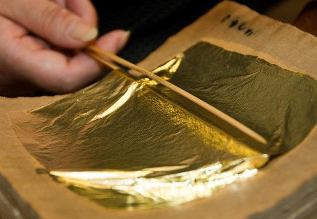 Những miếng vàng lá có độ siêu mỏng chỉ dày 0.0001 mm