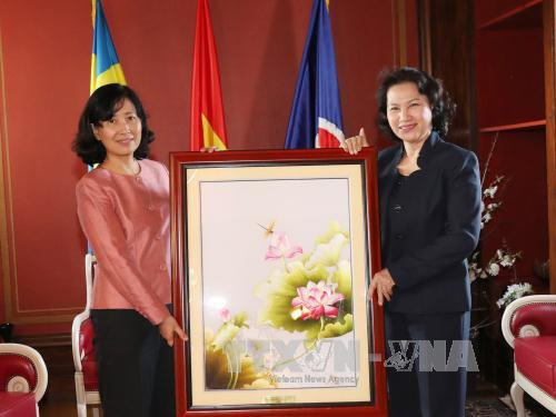 Chủ tịch Quốc hội Nguyễn Thị Kim Ngân đến thăm và tặng quà cán bộ, nhân viên Đại sứ quán Việt Nam tại Thụy Điển. Ảnh: Trọng Đức/TTXVN