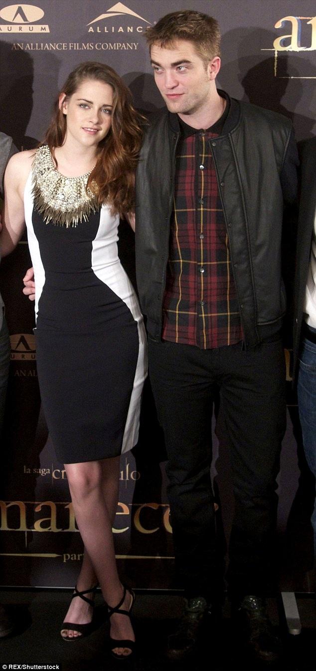"""Kristen nữ tính và dịu dàng khi còn hò hẹn với Robert. """"Khi còn hò hẹn với Rob, dư luận giống như kẻ thù với tôi. Tôi không thể sống nổi với họ. Tôi không còn nói về những mối quan hệ của mình với công chúng bởi tôi muốn mọi thứ thuộc về mình là của mình"""", cô nói."""
