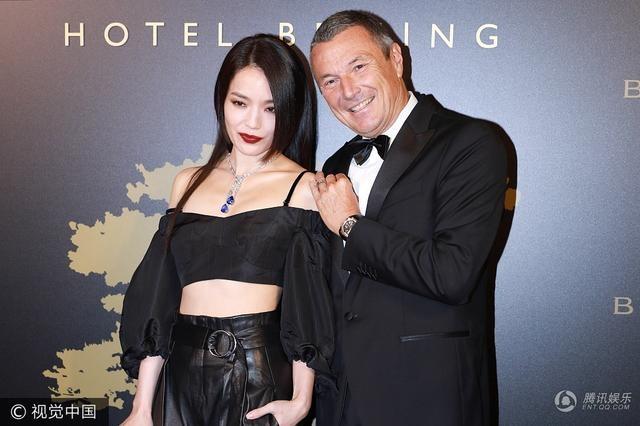 Thư Kỳ vốn là một trong những ngôi sao gợi cảm nhất làng giải trí Hồng Kong. Ở tuổi 42, cô vẫn rất quyến rũ và hấp dẫn.