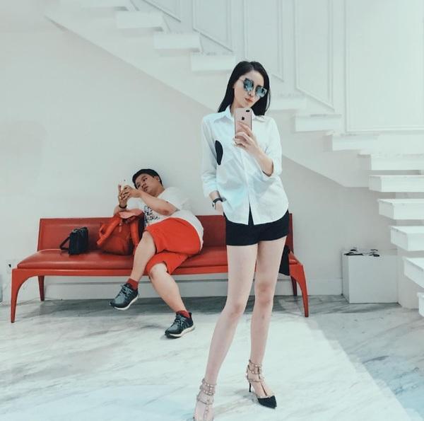 Kỳ Duyên khoe chân dài miên man với quần short đen cùng áo sơ mi trắng.