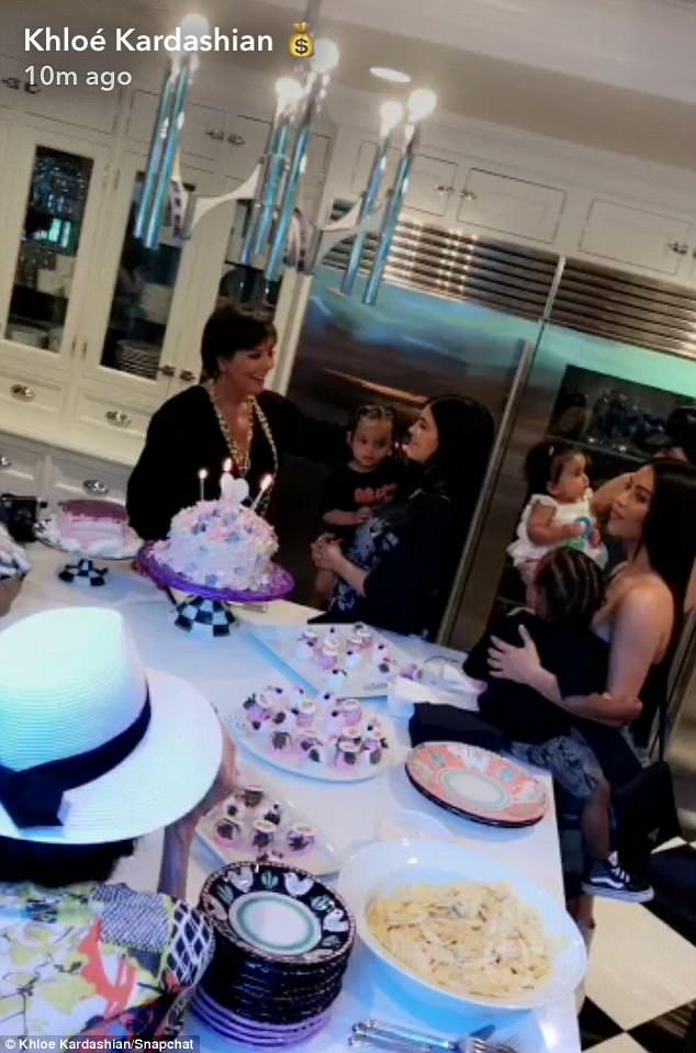 Kylie Jenner đã có bữa tiệc ấm cúng bên các người thân trong gia đình