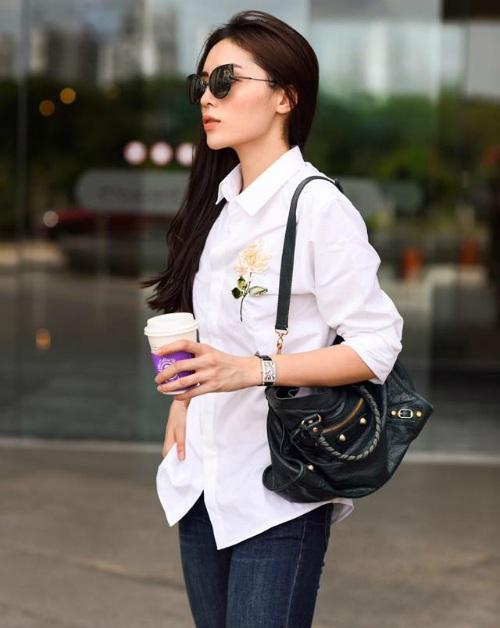 Hoa hậu Kỳ Duyên ăn vận giản dị với áo sơ mi trắng, quần jeans. Gần đây Kỳ Duyên thường có nhiều tâm sự buồn, trong trạng thái mới nhất, cô viết: Đừng hủy hoại ngày hôm nay bằng một suy nghĩ tiêu cực của ngày hôm qua. Ngày hôm qua, nó đã qua rồi.