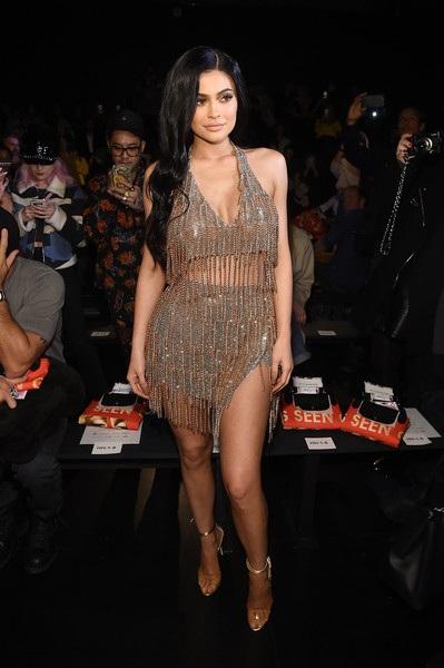 Người đẹp 19 tuổi hiện rất thành công khi ra mắt những sản phẩm trang điểm thời trang