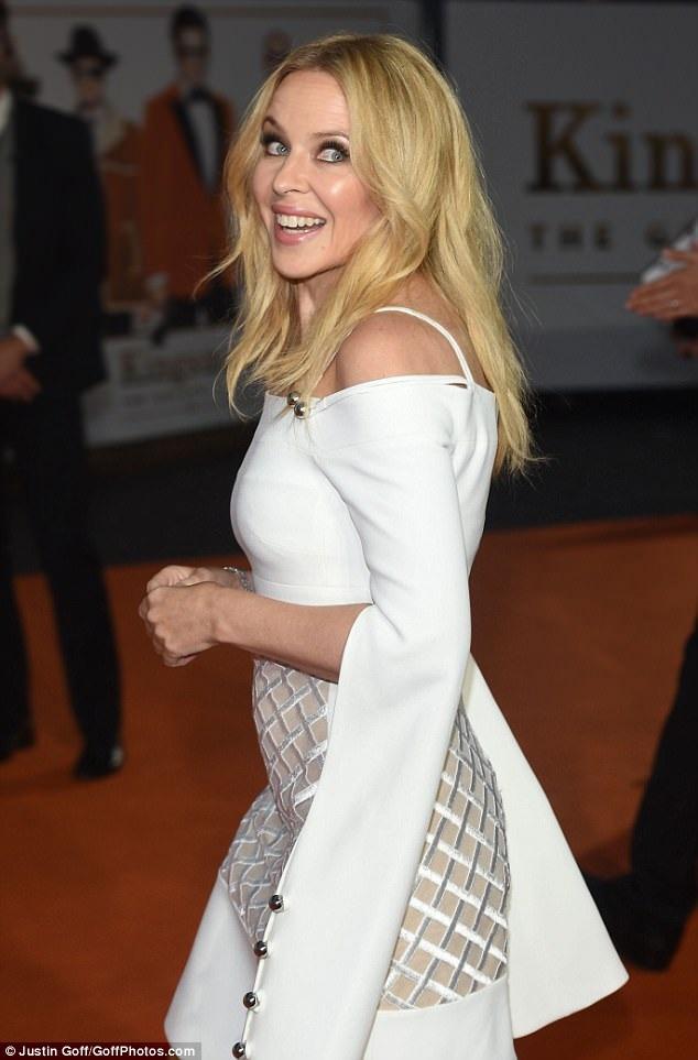Ca sỹ người Úc khoe dáng săn chắc và vẻ ngoài hoàn hảo trong bộ váy trắng tôn dáng