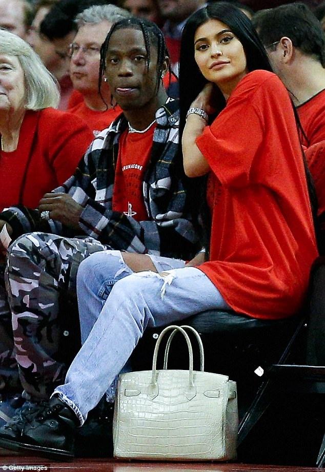 Kylie Jenner, 20 tuổi, và Travis Scott, 25 tuổi, sắp lên chức bố mẹ.