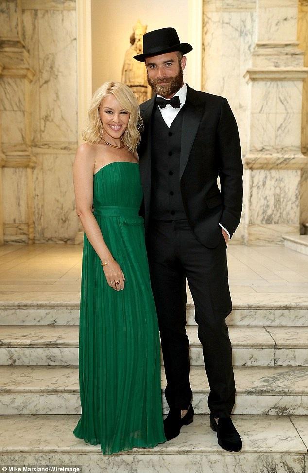 """Kylie Minogue đã """"đá"""" tình trẻ kém cô 19 tuổi, Joshua Sasse sau khi phát hiện anh ngoại tình."""