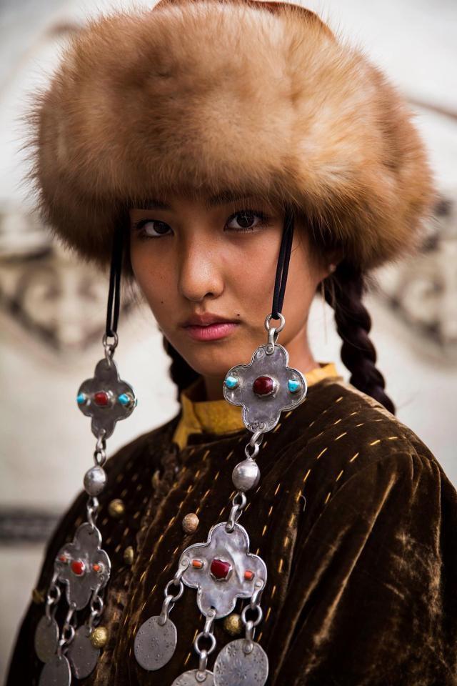 Cô gái Kyrgyzstan trong trang phục truyền thống