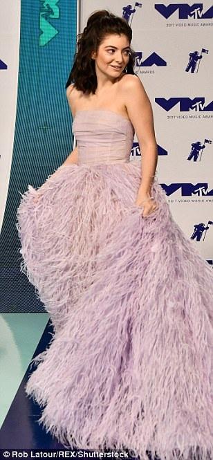 Cô được khen với bộ váy tím nhạt điệu đà này