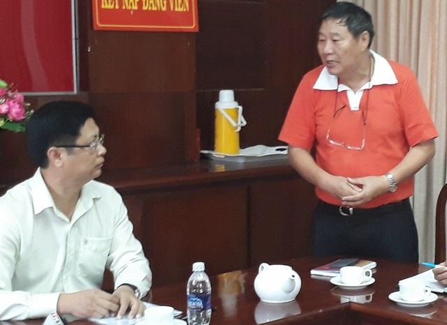 Tổng giám đốc công ty may Kwong Lung - Meko trao đổi với ông Trương Quang Hoài Nam - Phó chủ tịch UBND TP Cần Thơ về những khó khăn mà công ty đang gặp phải sau vụ cháy