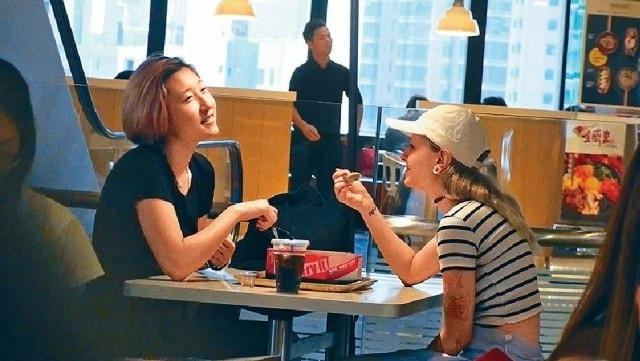 Ngô Trác Lâm hiện sống cùng bạn gái và dạy học tiếng Trung cho những trẻ em cơ nhỡ.