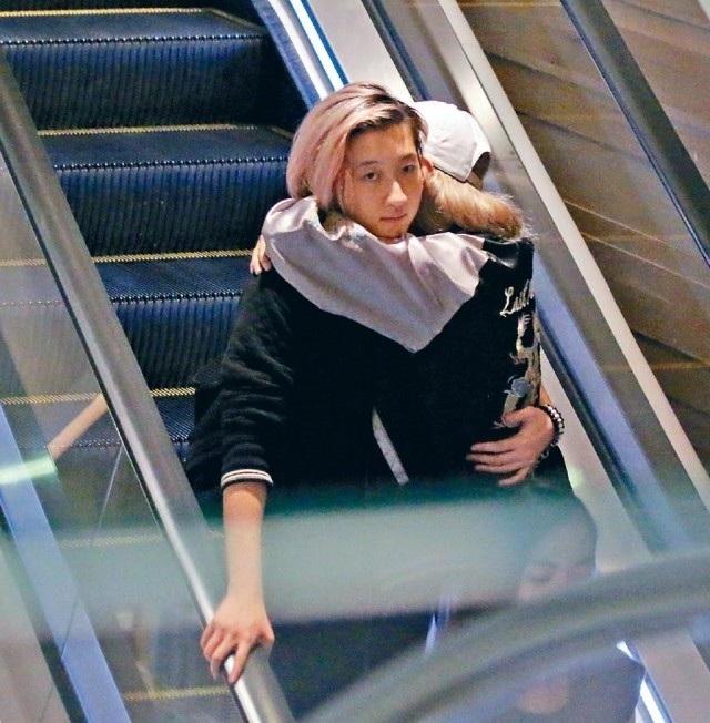 Cô bé 18 tuổi ôm bạn gái tại một trung tâm thương mại ở Hồng Kong vào tuần trước.