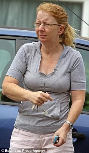 Marie Dent, 44 tuổi, nhưng giả mạo là một thiếu nữ 15 tuổi trên Facebook để tán tỉnh và quan hệ với trẻ vị thành niên