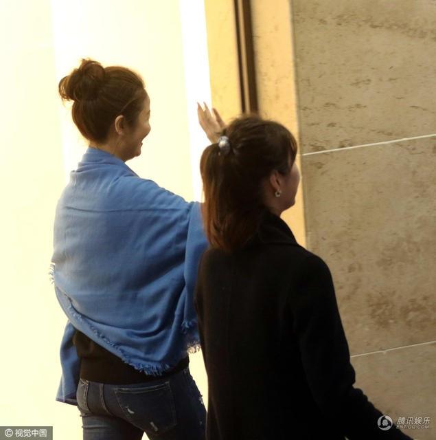 Cô vẫy tay chào người hâm mộ khi thấy họ đứng đón mình ở cổng khách sạn.