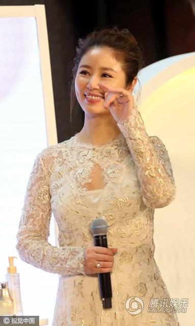 Bà mẹ trẻ kho chiếc nhẫn cưới lấp lánh trên tay như một lời khẳng định hôn nhân của cô với Hoắc Kiến Hoa vẫn ổn định.