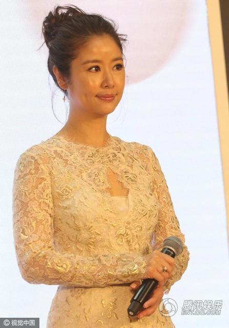 Tối 4/3, Lâm Tâm Như tham gia một sự kiện tại Bắc Kinh, Trung Quốc. Ngôi sao 41 tuổi diện đầm màu da ôm sát khoe đường cong.