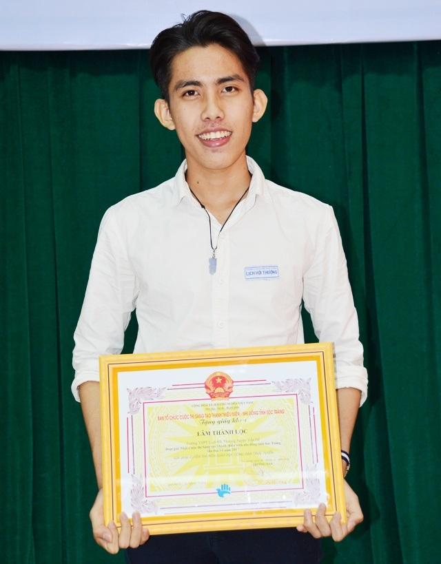 Nam sinh Lâm Thành Lộc xuất sắc được tuyển thẳng vào Đại học với những sáng tạo kỹ thuật về tin học của mình.