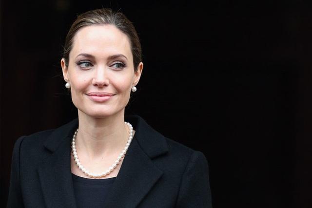 Tháng 9/2017, Angelina Jolie bắt đầu giảng dạy tại trường Kinh tế London.