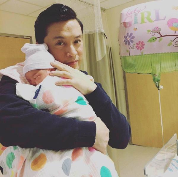 Ca sĩ Lam Trường lại khoe ảnh khéo léo chăm con và khi con gái ngủ ngoan trên vai mình.