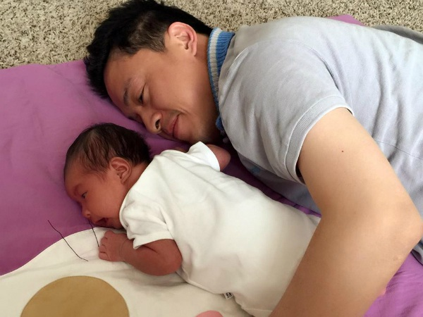 Nam ca sĩ Lam Trường liên tục chia sẻ ảnh hào hứng khi chăm con mới chào đời: Ca sĩ Lam Trường thích thú với công việc mới, dù cực nhọc nhưng được phần thưởng xứng đáng.