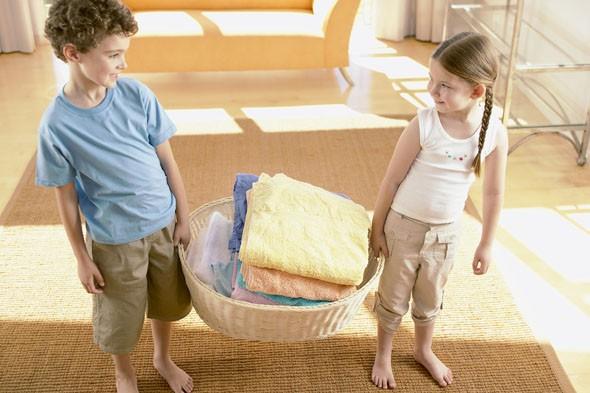 Khi con còn bé, bạn giặt quần áo giúp con; nhưng khi chúng bắt đầu lớn, hãy dạy chúng cách thức giặt quần áo. (Ảnh minh họa)