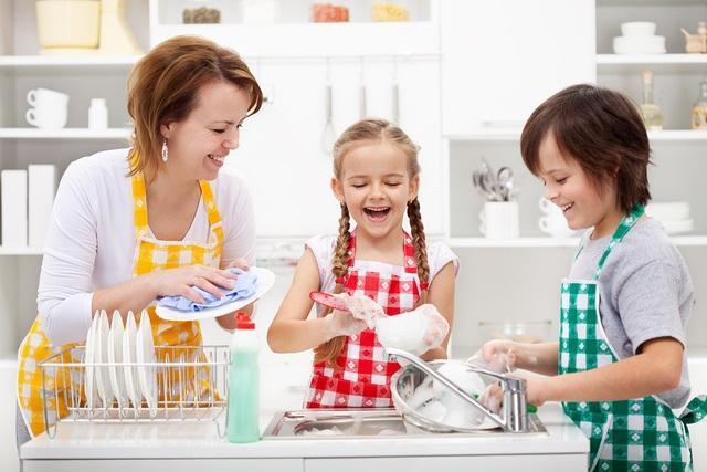 Bố mẹ phải biết làm mẫu và hướng dẫn cho trẻ. (Ảnh minh họa)