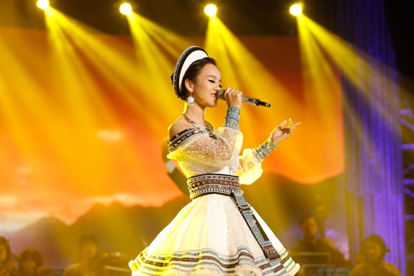 """Những nốt luyến láy đặc trưng trong âm sắc Tây bắc được thể hiện rõ, đặc biệt trong phần trình diễn của cô gái bé nhỏ này. Mỹ Lam cũng được đánh giá là gương mặt """"ăn"""" sân khấu, thể hiện được thần thái rạng rỡ..."""