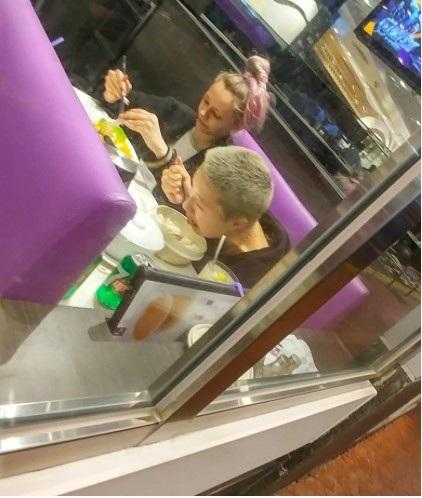 Được biết, Trác Lâm hiện kiếm sống bằng công việc trợ lý cho một nhiếp ảnh gia. Cặp đôi cùng ăn tối và dọn sạch đồ ăn thừa mang về. Bữa tiệc sinh nhật tuổi 18 của Trác Lâm không có bánh sinh nhật, đồ ăn ngon nhưng cô con gái của Ngô Ỷ Lợi vẫn rất hạnh phúc.