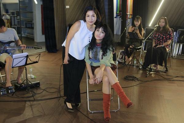 Thanh Lam chụp ảnh tạo dáng nhí nhảnh cùng Mỹ Linh tại buổi tập luyện chuẩn bị cho đêm nhạc diễn ra tại Hà Nội tối ngày 12/8.