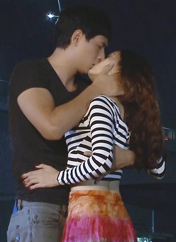 """Nụ hôn cháy máy của Bình Minh và Lan Phương trong phim """"Ông trùm""""."""