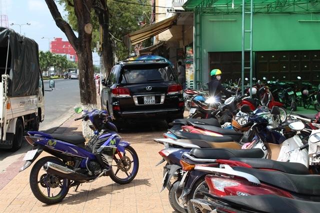 Ô tô, xe máy đậu lấn chiếm hết vỉa hè bị nhắc nhở