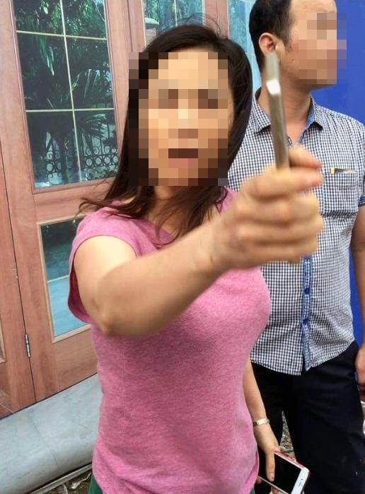 Người phụ nữ tự xưng là nhà báo sau khi can thiệp vào việc giải quyết vi phạm giao thông không được đã chửi bới, cự cái với CSGT (ảnh cắt từ clip)