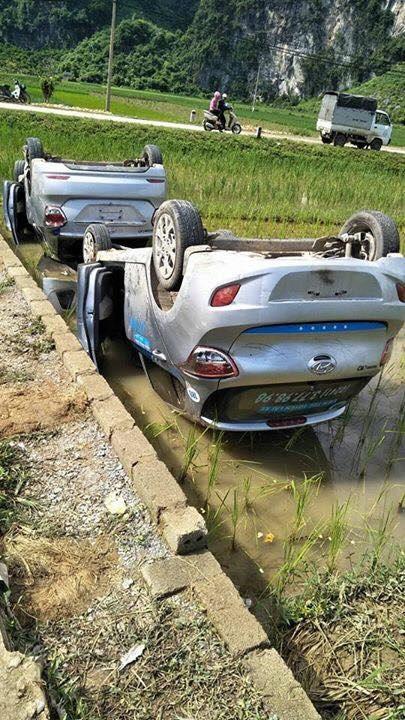 Hai chiếc xe bị lật ngửa dưới ruộng. (Ảnh: Facebook Nguyễn Duy Dương)