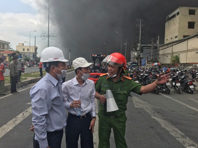 Chủ tịch, Phó chủ tịch UBND TP Cần Thơ trao đổi với lực lượng chức năng về công tác chữa cháy