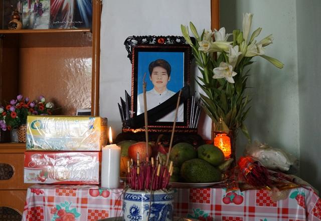 Bàn thờ Lưu Xuân Hoàng đã được lập nhưng người mẹ vẫn mong tất cả chỉ là sự nhầm lẫn.