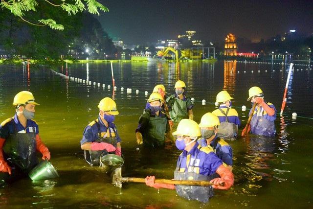 Khoảng 21h ngày 29/11, Công ty TNHH một thành viên Thoát nước Hà Nội đã huy động gần 200 công nhân cùng với khoảng 100 thiết bị, máy móc các loại tham gia vào việc nạo vét hồ Hoàn Kiếm, Hà Nội. (Ảnh: Trần Thanh)