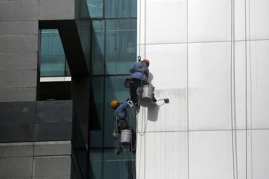 Công việc này thường xuyên phải đối mặt với tử thần khi vắt vẻo giữa không trung để lau kính cho các tòa nhà cao tầng.