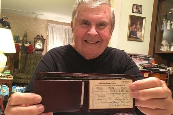Denis Helmer và chiếc ví mà ông đã bị lấy cắp từ cách đây 47 năm