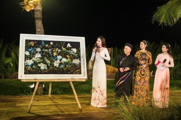 Sau buổi đấu giá, người đẹp đến từ Tiền Giang còn chủ động trích số tiền không nhỏ cùng BTC ủng hộ bà nghèo nghèo vùng lũ.