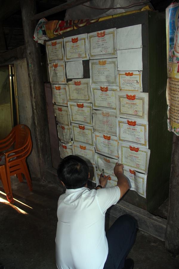 Trên vách nhà bằng gỗ tạm bợ, giấy khen về thành tích học tập của 3 chị em treo chi chít.