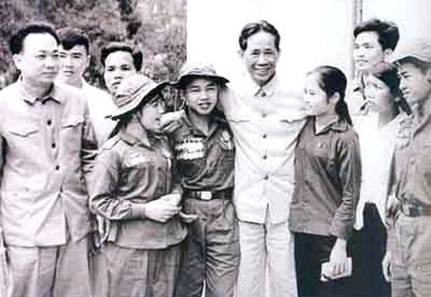 Ðồng chí Lê Duẩn với các dũng sĩ miền Nam (1972). Ảnh Tư liệu: Báo Nhân dân