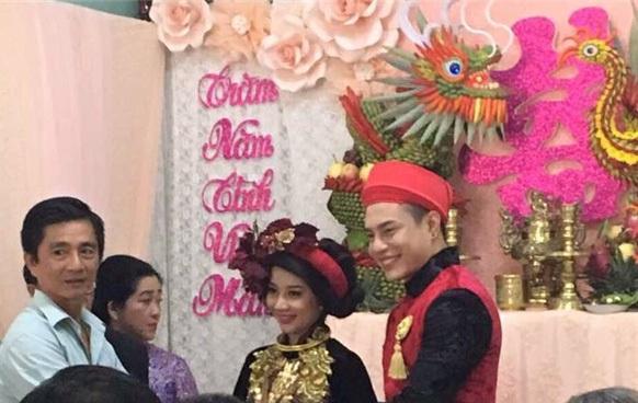 Dù là diễn viên nổi tiếng nhưng Lê Dương Bảo Lâm có lối sống khá bình dị. Vì thế, anh cũng quyết định tổ chức đám cưới từ làm lễ, rước dâu và đãi khách đều rất ấm cúng tại quê nhà Long Thành – Đồng Nai.