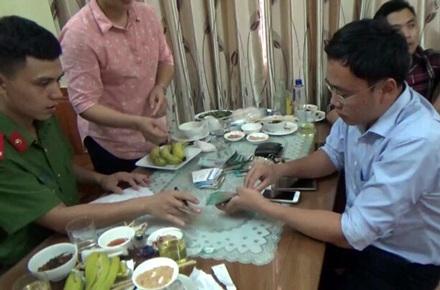 Nhà báo Lê Duy Phong (áo xanh, bên phải) bị công an bắt khi đang dùng bữa tại nhà hàng. Ông Phong được cho là có hành vi nhận tiền của doanh nghiệp tại đây.