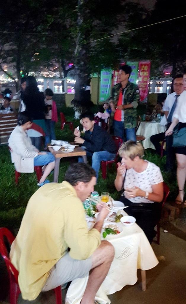 Nhiều khách Tây đến thưởng thức ẩm thực Huế