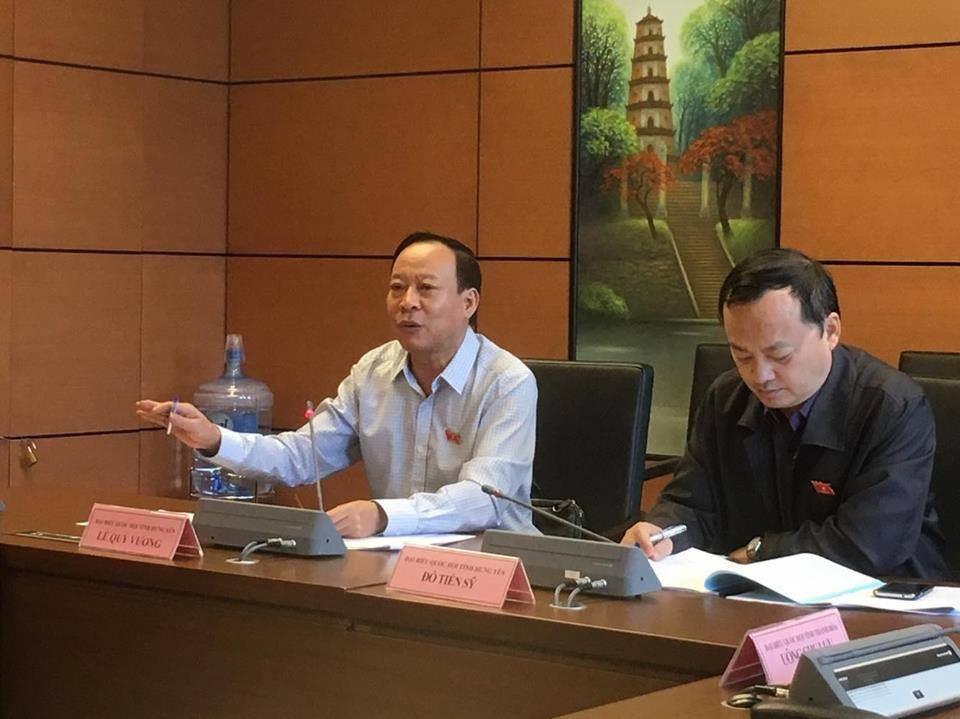 Thứ trưởng Bộ Công an Lê Quý Vương (trái) đánh giá dự thảo luật vẫn có nhiều nội dung rườm rà, quá dài, khó thực hiện.